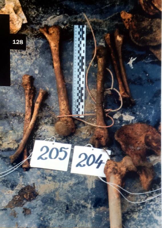 Slika - žrtve su bile vezane žicom (ekshumacija 1999.)