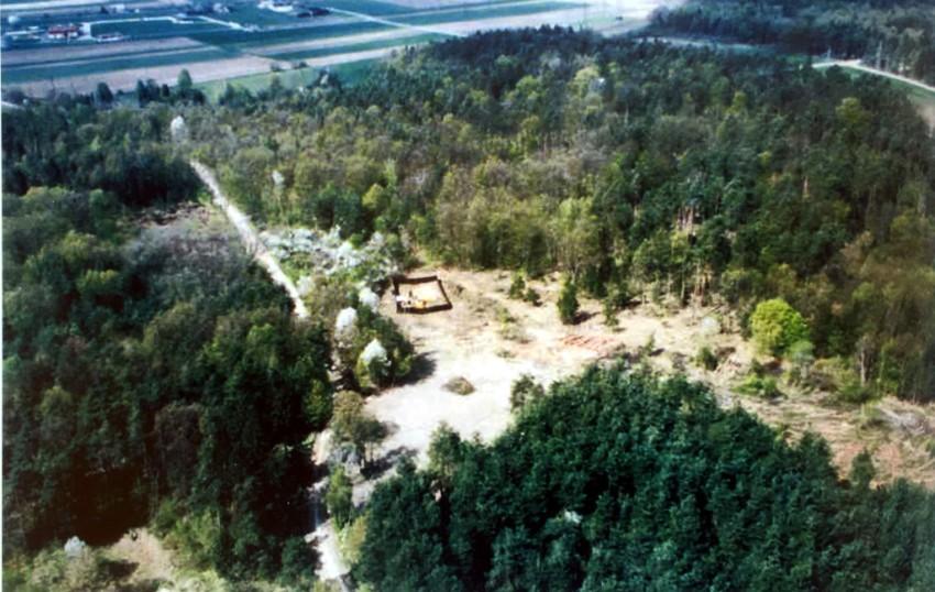 slika - snimak mjesta iskopa iz zraka (ekshumacija 1999.)