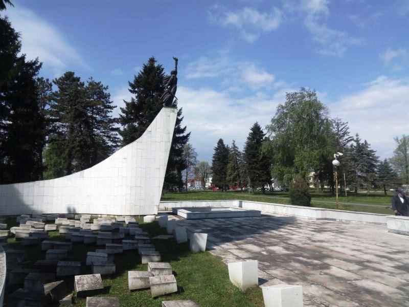 Partizansko spomen groblje na mjestu masovnog grobišta pobijenih ranjenika iz brčanske bolnice
