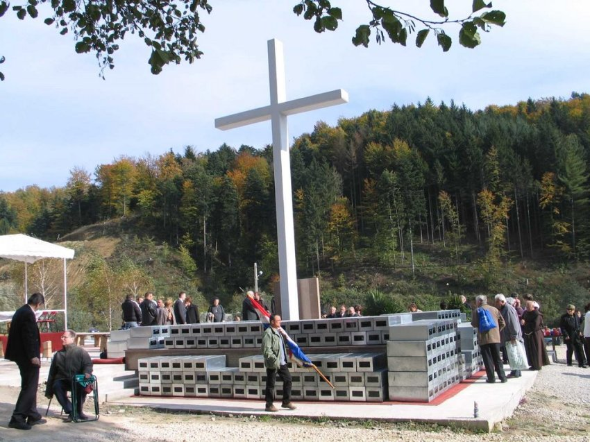 Macelj 2005. ekshumiranih 1.163 tijela, pohranjenih u zajedničku kosturicu ispod križa.