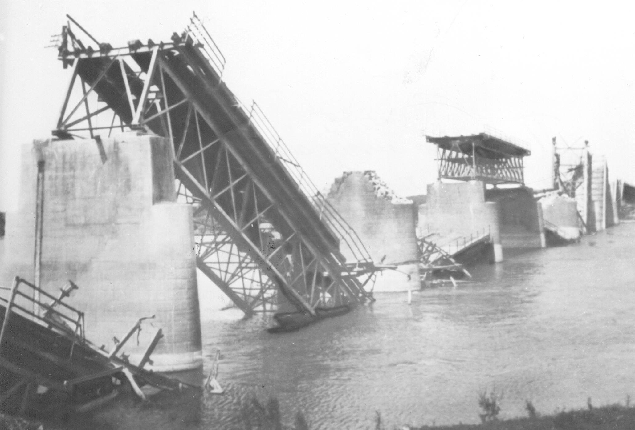 Porušeni most na Savi u Brčkom prilikom povlačenja nemačkih jednica, aprila 1945.