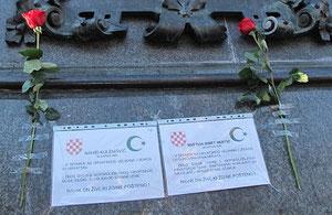 Građani su u spomen na Kulenovića i Muftića zalijepili letke i ruže na kip bana Josipa Jelačića