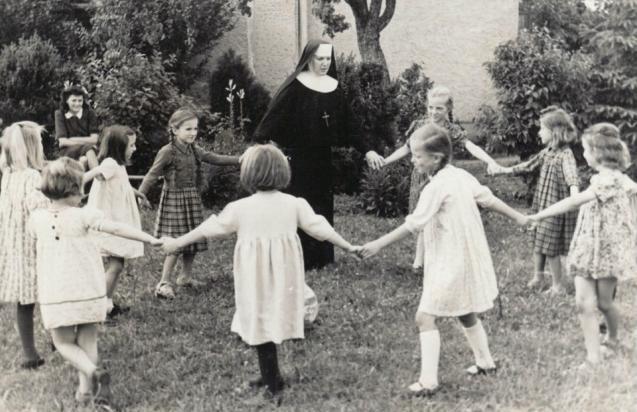 Sestra Gaudencija u igri s djevojčicama – kopija