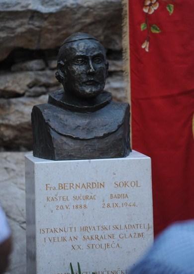 U Kaštel Sućurcu je 2012. otkrivena brončana bista glazbeniku i mučeniku fra Bernardinu Sokolu, rad kipara fra Joakima Jakija Gregova.