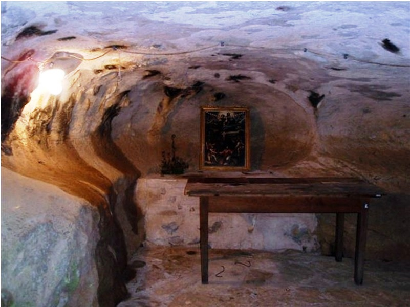 Unutrašnjost kapelice-špilje u Bilaju