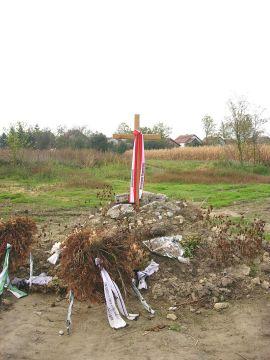 Križ podignut u spomen žrtvama logora za njemačke civile