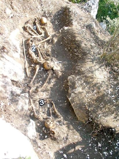 Tri tijela pronađena na lokaciji br. 2. Tijelo označeno brojkom 1 moglo bi pripadati