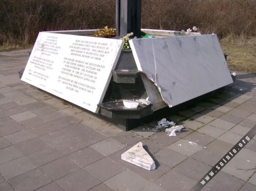 14151 - Oštećen spomenik Nemcima umrlim u logoru u Gakovu - 4