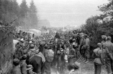 """""""Fluchtpunkt Kärnten - Die Tragödien von Bleiburg und Viktring"""", Die Dokumentation """"Fluchtpunkt Kärnten"""" erzählt die Ereignisse der Tragödien von Bleiburg und Viktring, als sich zum Kriegsende 1945 rund eine halbe Million Flüchtlinge von Süden kommend in Kärnten aufhielt. Nach dem Zusammenbruch der Ostfront und der Niederlage der Wehrmacht am Balkan brach der Kroatische Marionettenstaat zusammen. Im April und Mai 1945 fand eine wahre Völkerwanderung Richtung Norden statt, unter den Flüchtlingen waren auch viele kroatische Kollaborateure der Nazis. Die Briten, die als Besatzungsmacht Kärnten kontrollierten, ließen die Flüchtlinge allerdings wieder zurück nach Jugoslawien bringen. Jenseits der Grenze begann das große Schlachten von neuem, als Angehörigen der Titoarmee die Gefangenen in Empfang nahmen. Viele der Flüchtlinge wurden grausam ermordet. Der Fluchtpunkt Kärnten und die höchst fragliche Vorgangsweise der Britischen Besatzungsmacht ging als die Tragödie von Bleiburg und Viktring in die Geschichte ein. SENDUNG: ORF3 - SA - 05.05.2018 - 21:50 UHR. - Veroeffentlichung fuer Pressezwecke honorarfrei ausschliesslich im Zusammenhang mit oben genannter Sendung oder Veranstaltung des ORF bei Urhebernennung. Foto: ORF/Best Media. Anderweitige Verwendung honorarpflichtig und nur nach schriftlicher Genehmigung der ORF-Fotoredaktion. Copyright: ORF, Wuerzburggasse 30, A-1136 Wien, Tel. +43-(0)1-87878-13606"""