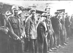 88. Hrvati u Odžaku pred strijeljanje, svibnja 1945. Na slici je vidljivo četvoro djece koje će partizani strijeljati!