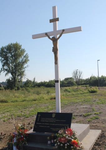 spomen križ za žrtve masovnog grobišta leš
