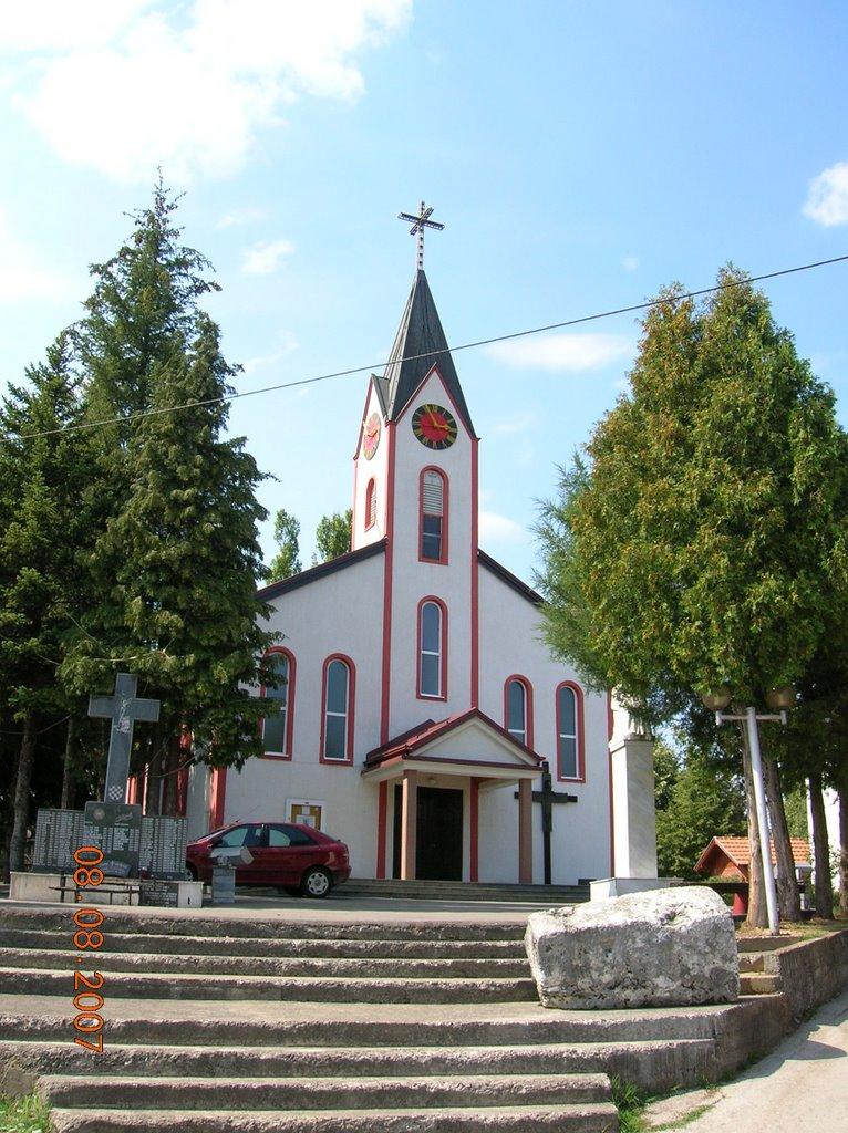 Kapela Presvjetlog Sv. Trojstva na Prisadama sa spomen obilježjem ispred.