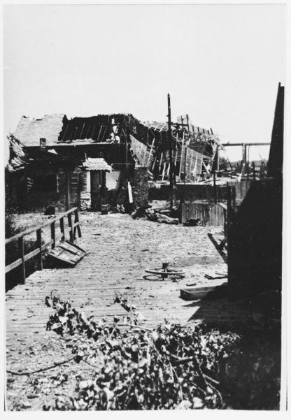 Ruševine nakon zračnog napada na radni logor Jasenovac