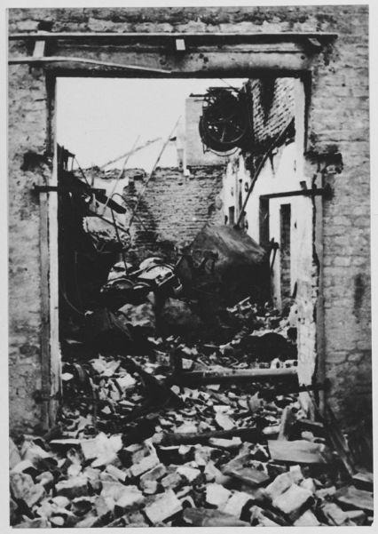 Ruševine nastale nakon zračnog napada na radni logor Jasenovac
