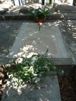 Grob Ive Mašine pored Franjevačkog samostana i Spomenik Ivi Mašini u rodnom Preku na otoku Ugljanu